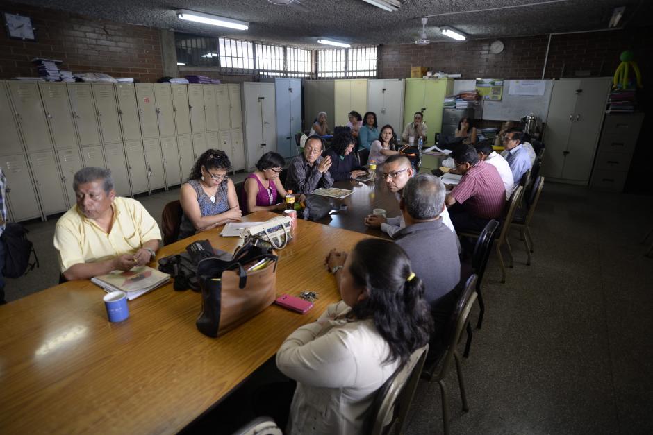 Los maestros se reunieron en un salón para redactar un acta de lo ocurrido. (Foto: Wilder López/Soy502)