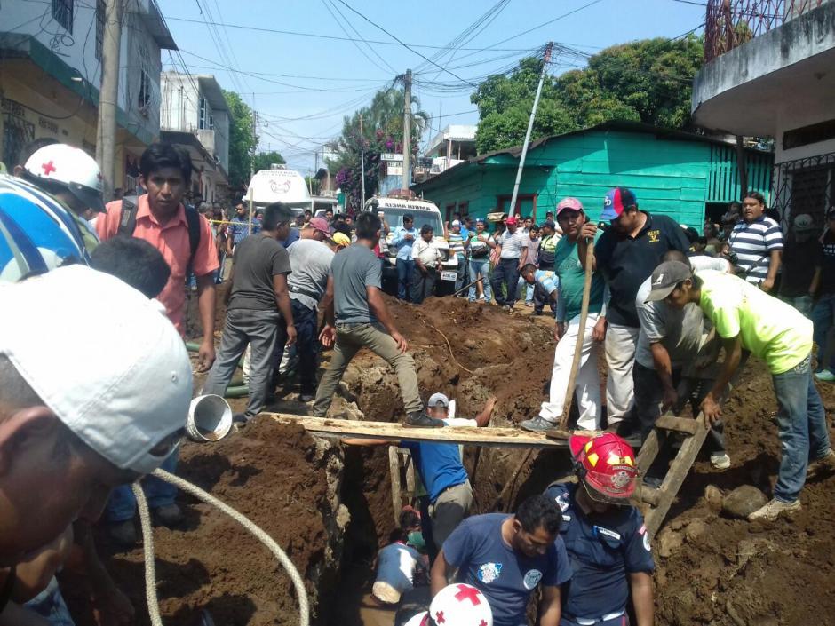 Los empleados de la construcción realizaban trabajos municipales en Coatepeque. (Foto: Cruz Roja Guatemalteca)