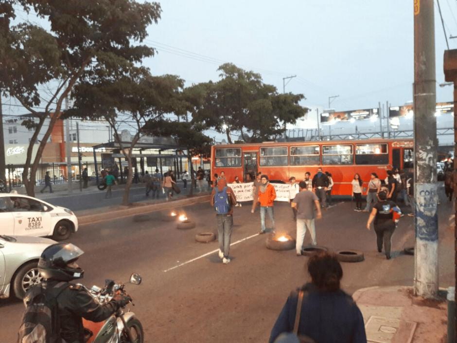 Los universitarios cruzaron buses frente al ingreso a la Usac. (Foto: Emisoras Unidas)