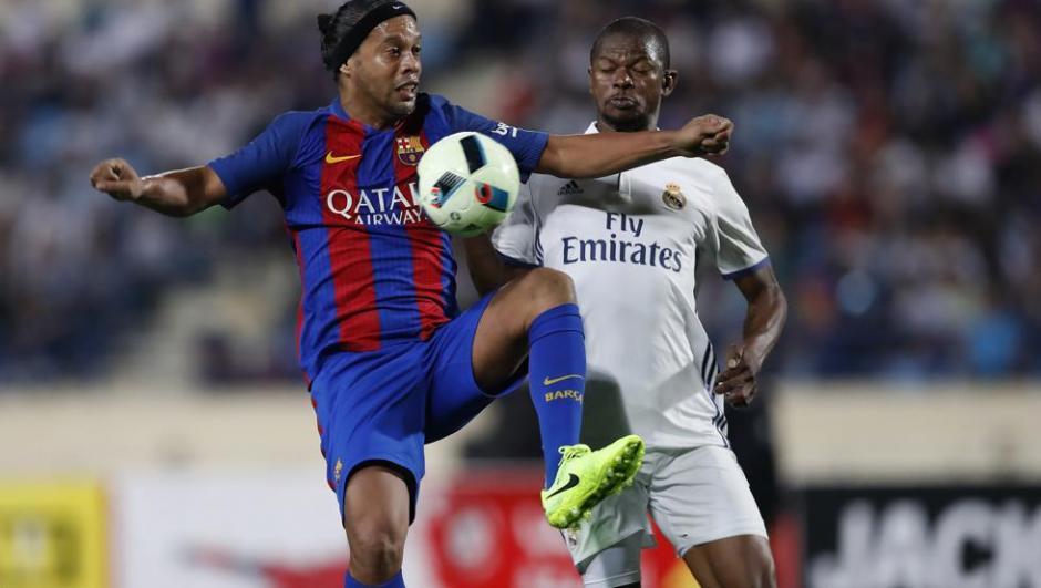 El Barcelona de Dinho vence al Real Madrid en el clásico de leyendas. (Foto: Twitter)