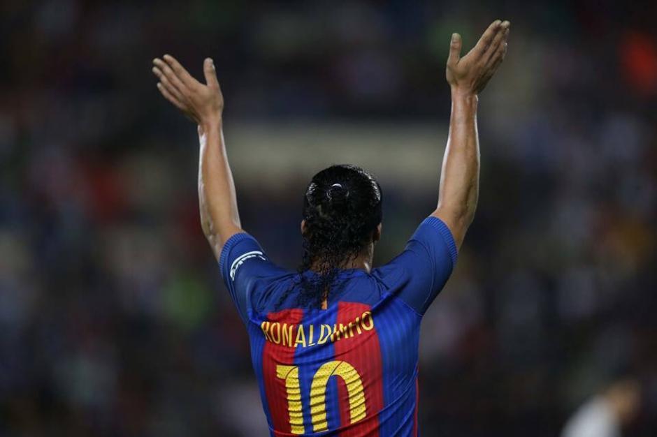 Dinho fue ovacionado por miles en el clásico de leyendas. (Foto: Twitter)