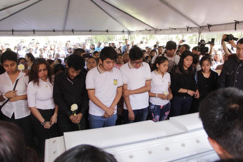 Estudiantes dieron el último adiós a Brenda Domínguez. (Foto: Fredy Hernández/Soy502)