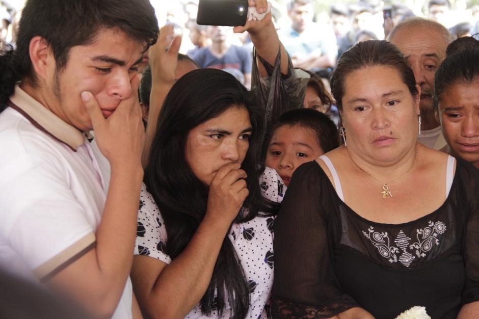 Ingrid Domínguez (de en medio) junto al ataúd con el cuerpo de su pequeña. (Foto: Fredy Hernández/Soy502)