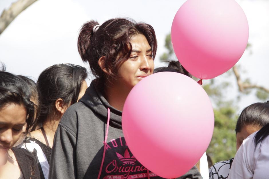 """Con globos rosados dijeron """"hasta pronto"""" a la estudiante fallecida tras ser atropellada en la calzada San Juan. (Foto: Fredy Hernández/Soy502)"""