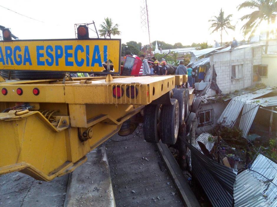 El camión se empotró y la grúa casi volcó. (Foto: facebook.com/amilcarmontejoGT)