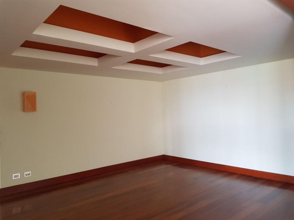 El lujoso apartamento cuenta con cuatro parqueos. (Foto: MP)