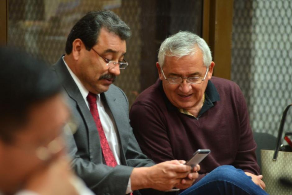 Otto Pérez, junto a su abogado César Calderón, previo a iniciar la audiencia de etapa intermedia. (Foto: Jesús Alfonso/Soy502)