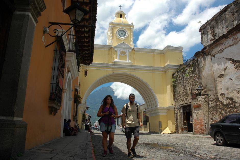Los turistas nacionales y extranjeros siempre buscan tomarse una foto en el arco ubicado en la Quinta Avenida Norte. (Foto: Fredy Hernández/Soy502)