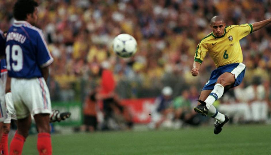 Roberto Carlos casi 'mata' a su rival por un gol