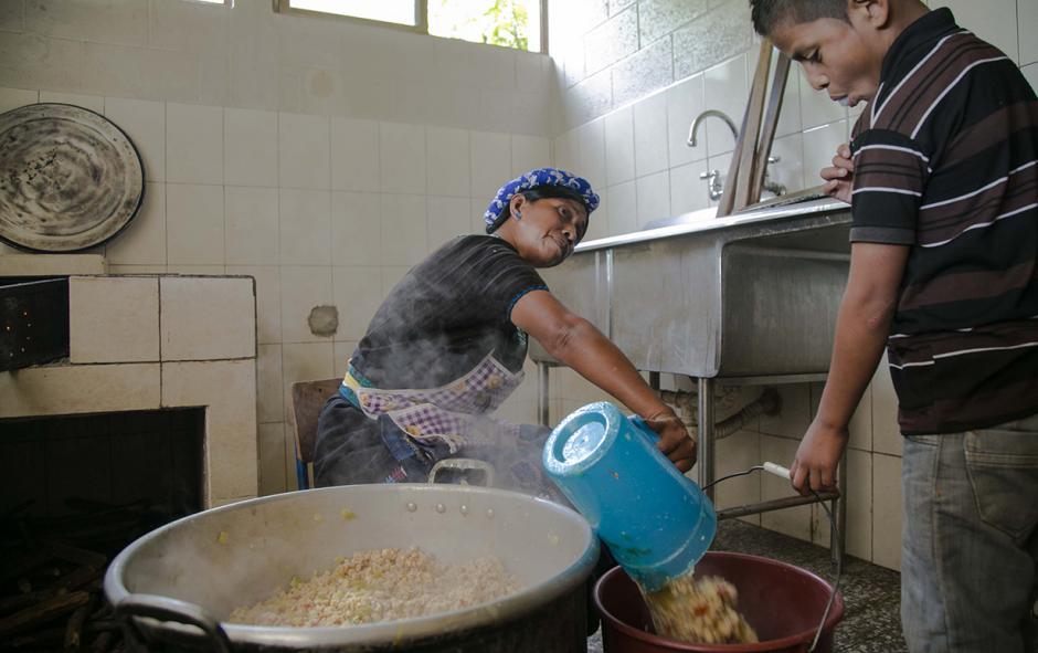"""""""Salud y Nutrición"""" es una de las áreas en las que la Fundación Castillo Córdova ha contribuido. (Foto: Victor Xiloj/Soy502)"""