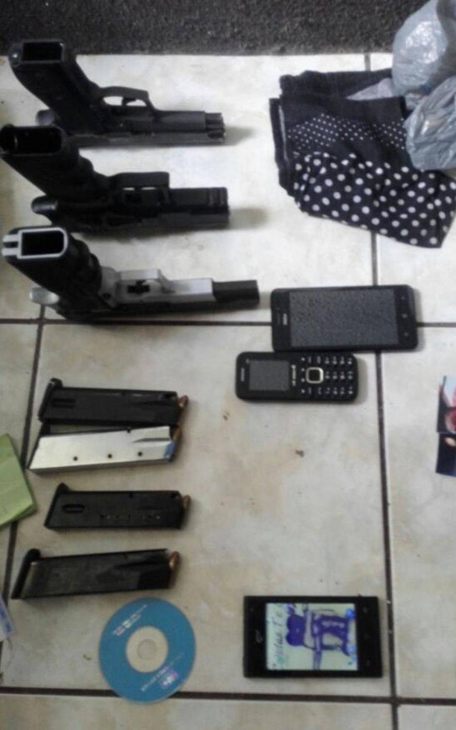 En el allanamiento fueron encontradas varias armas de fuego. (Foto: PNC)