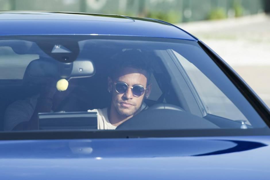 Neymar aterrizó en Francia y desató la locura en París