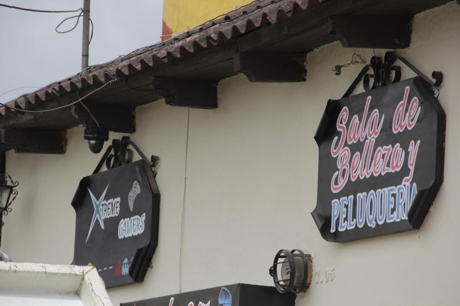 Los letreros serán de un tamaño uniforme en los negocios que se ubican en la 4.ª calle. (Foto: Fredy Hernández/Soy502)