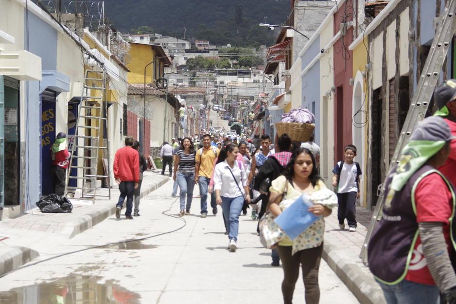 Decenas de trabajadores municipales aceleran los trabajos para la inauguración de este jueves. (Foto: Fredy Hernández/Soy502)