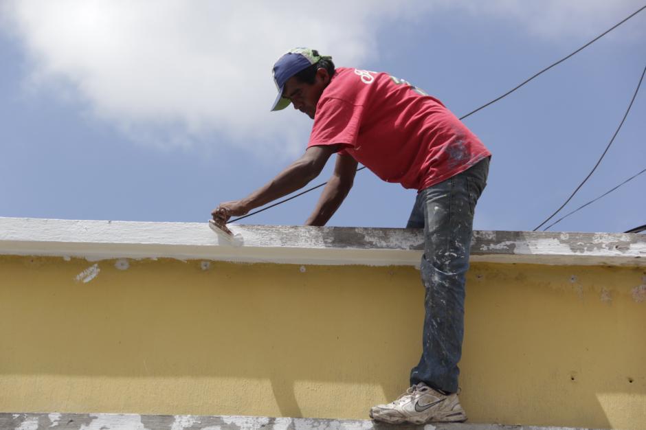 Las cuadrillas de pintores tratan de hacer su trabajo en el menor tiempo posible. (Foto: Fredy Hernández/Soy502)