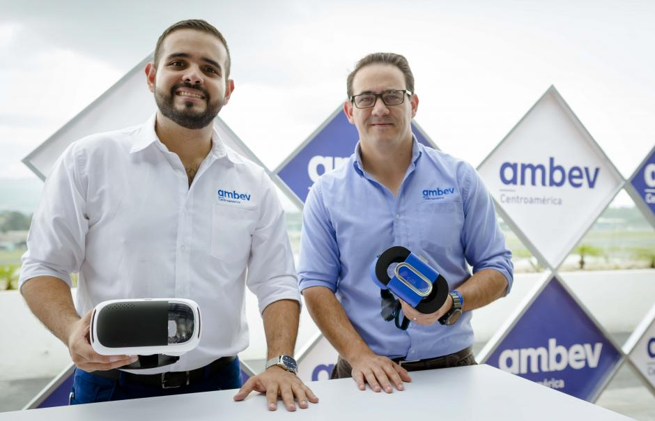 Carlos Duarte, coordinador de asuntos corporativos junto a Roberto Batres, gerente jurídico de Ambev Centroamérica. (Foto: George Rojas/Soy502)