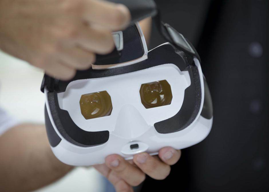 Los lentes permiten una experiencia más real para conocer la planta de producción de Ambev. (Foto: George Rojas/Soy502)