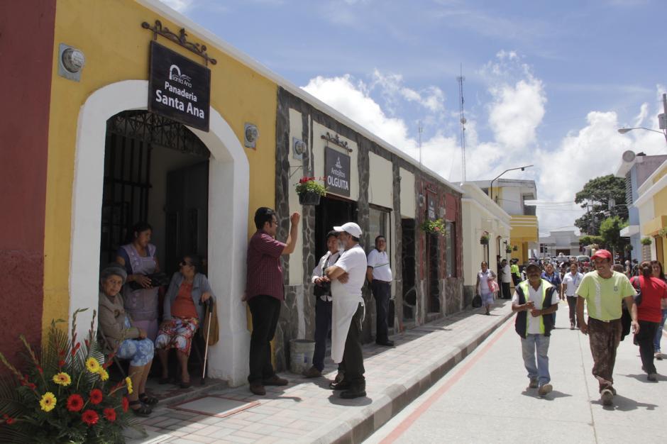 Las fachadas de los negocios y hogares de la cuarta calle lucen renovados. (Foto: Fredy Hernández/Soy502)