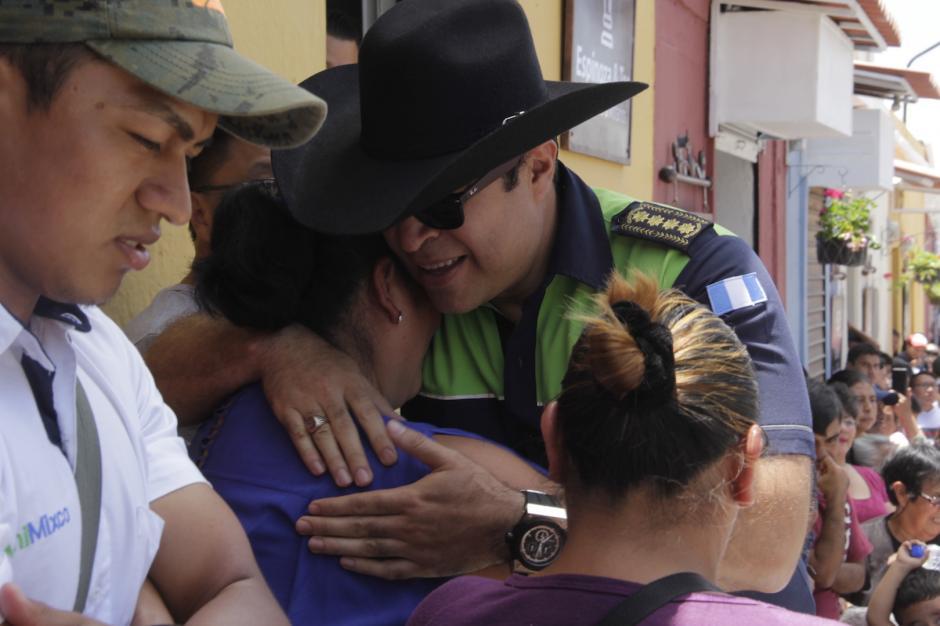 Neto Bran saludó a los presentes antes de participar en la inauguración. (Foto: Fredy Hernández/Soy502)