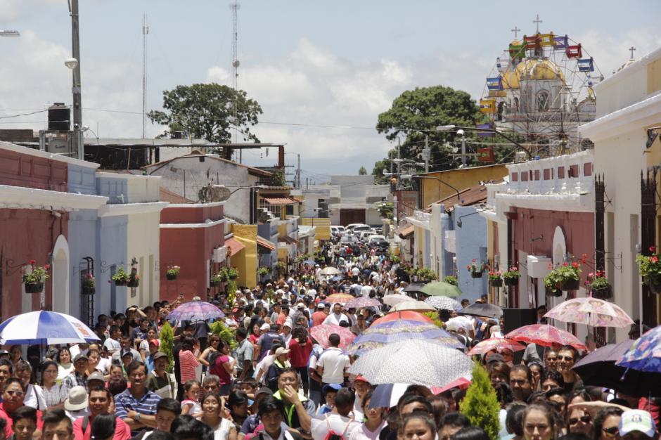 Vecinos y estudiantes acudieron al acto oficial. (Foto: Fredy Hernández/Soy502)