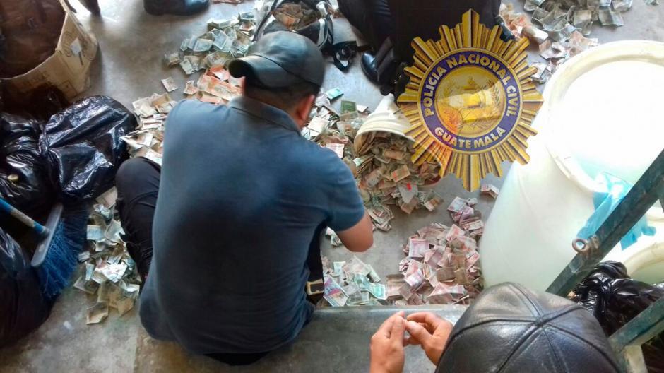 El dinero se encontraba guardado en cubetas plásticas.  (Foto: PNC)
