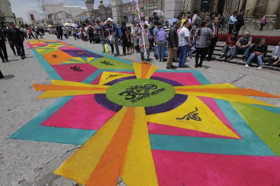 Los fieles católicos hicieron alfombras para el paso de la procesión extraordinaria de Jesús Nazareno de la Merced. (Foto: Alejandro Balán/Soy502)