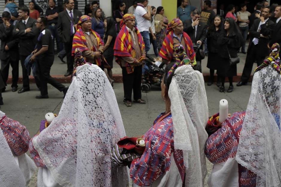 Cientos de feligreses acompañaron el cortejo procesional en el Centro Histórico. (Foto: Alejandro Balán/Soy502)
