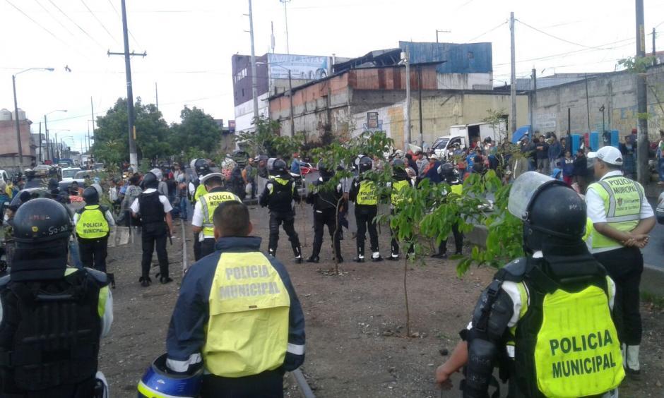 Los policías municipales no permitieron la instalación de ventas en el arriate central de la calzada Atanasio Tzul. (Foto: amilcarmontejoGT/Facebook)
