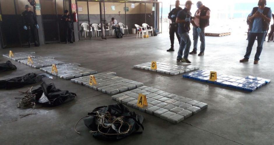 Localizan paquetes de droga escondidos en el interior de maletines. (Foto: PNC)