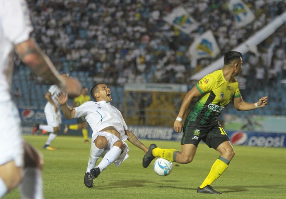 Durante el duelo hubo algunas jugadas bruscas. (Foto: Luis Barrios/Soy502)