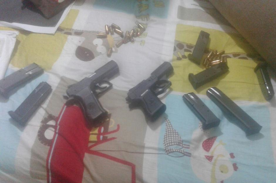 Las autoridades encontraron armas y municiones. (Foto: PNC)