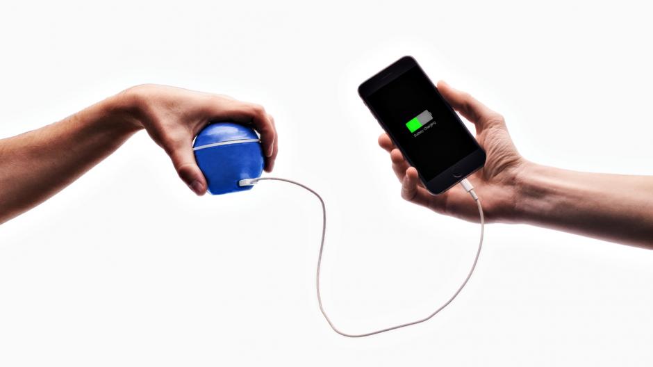 Inventan un cargador que convierte el movimiento en energía — Vídeo