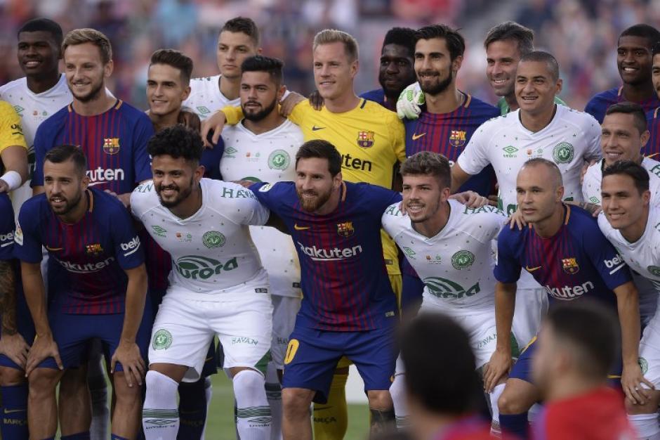 Los jugadores del Barcelona posaron junto a sus rivales antes del encuentro. (Foto: AFP)