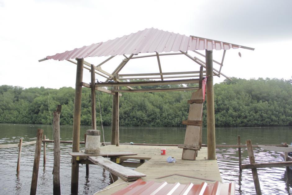 La comunidad trabaja en la reconstrucción del embarcadero para recibir a los turistas. (Foto: Fredy Hernández/Soy502)