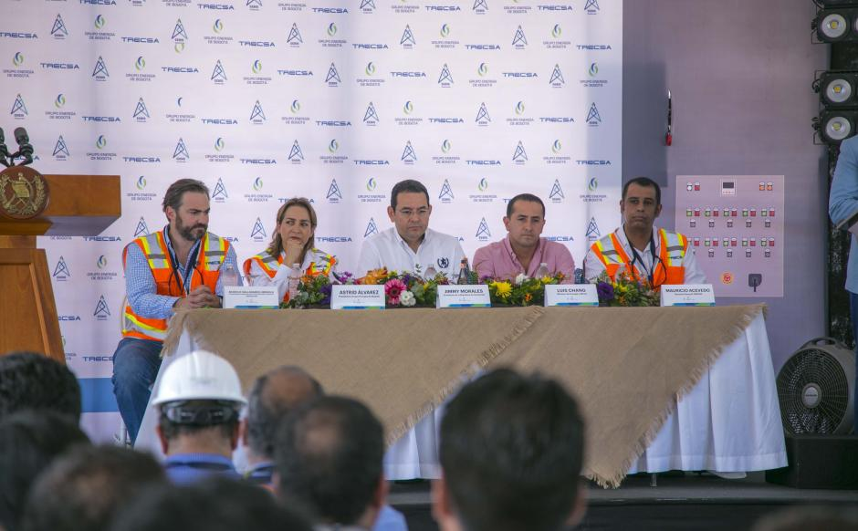 De derecha a izquierda: Mauricio Acevedo, gerente general de TRECSA Y EEBIS; Luis Chang, ministro de energía y Minas; el presidente de Guatemala, Jimmy Morales; y Astrid Álvarez, presidente del Grupo Energía de Bogotá. (Foto: Víctor Xiloj/Soy502)