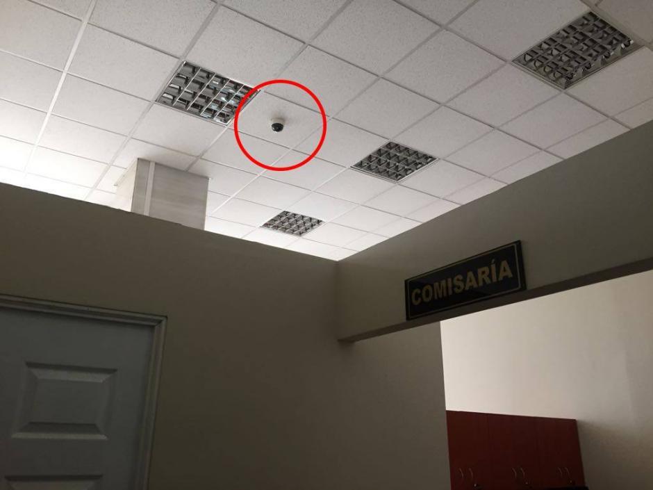En el interior del Juzgado de Mayor Riesgo D se encuentra instalada una cámara de seguridad que capta los movimientos del personal y de la jueza. (Foto: Evelyn de León/Soy502)