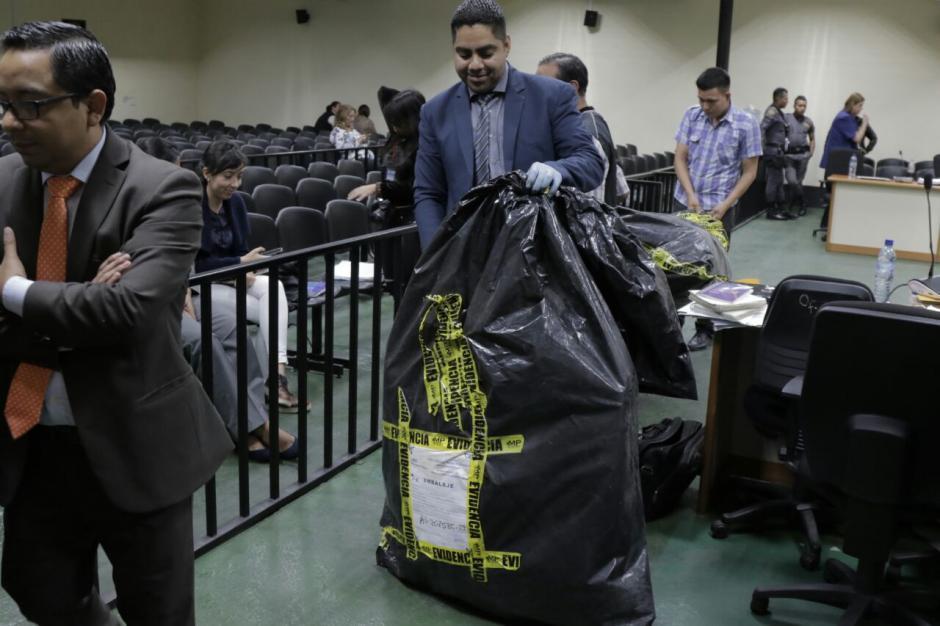 La evidencia se abrió en presencia de familiares de las víctimas. (Foto: Alejandro Balán/Soy502)