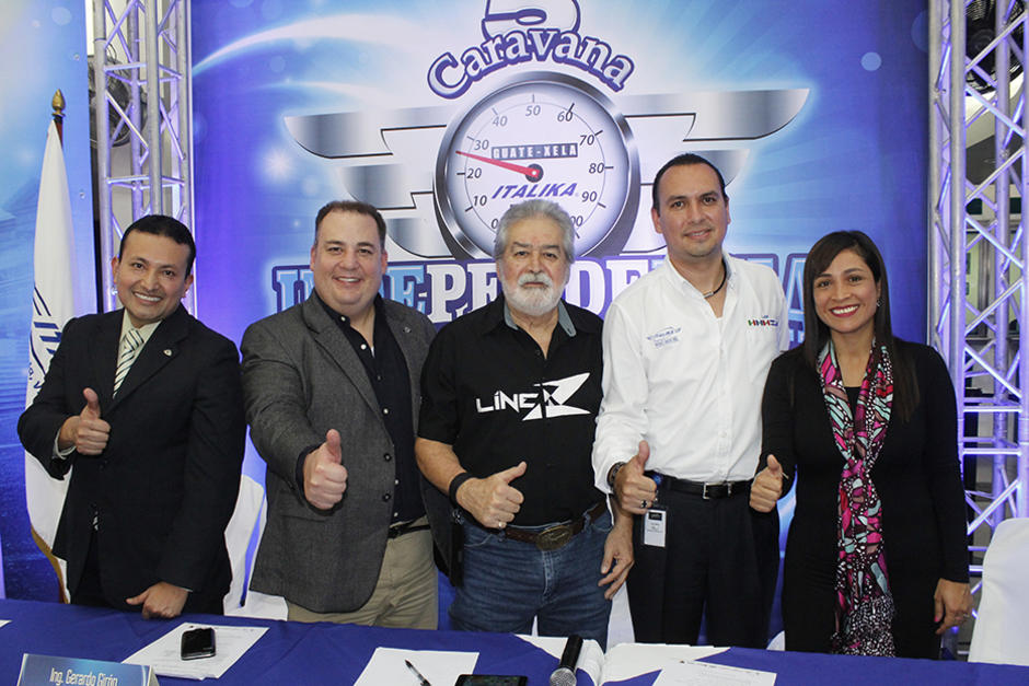 """El """"Zorro Mayor"""" y representantes de Italika, Elektra y Banco Azteca explicaron la logística de la caravana. (Foto: Víctor Herrate/ND)"""