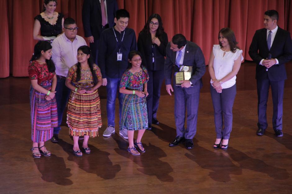 Morales recibió varios reconocimientos por su apoyo a la juventud. (Foto: Fredy Hernández/Soy502)