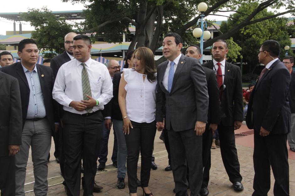 A su salida del recinto, Morales pudo saludar a varias personas que encontró en su recorrido. (Foto: Fredy Hernández/Soy502)