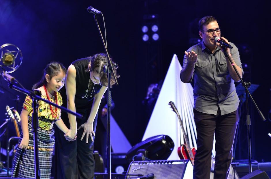Al terminar, la sorpresa de la noche la dio Francisco Páez al aparecer en escena. (Foto: Selene Mejía/Soy502)