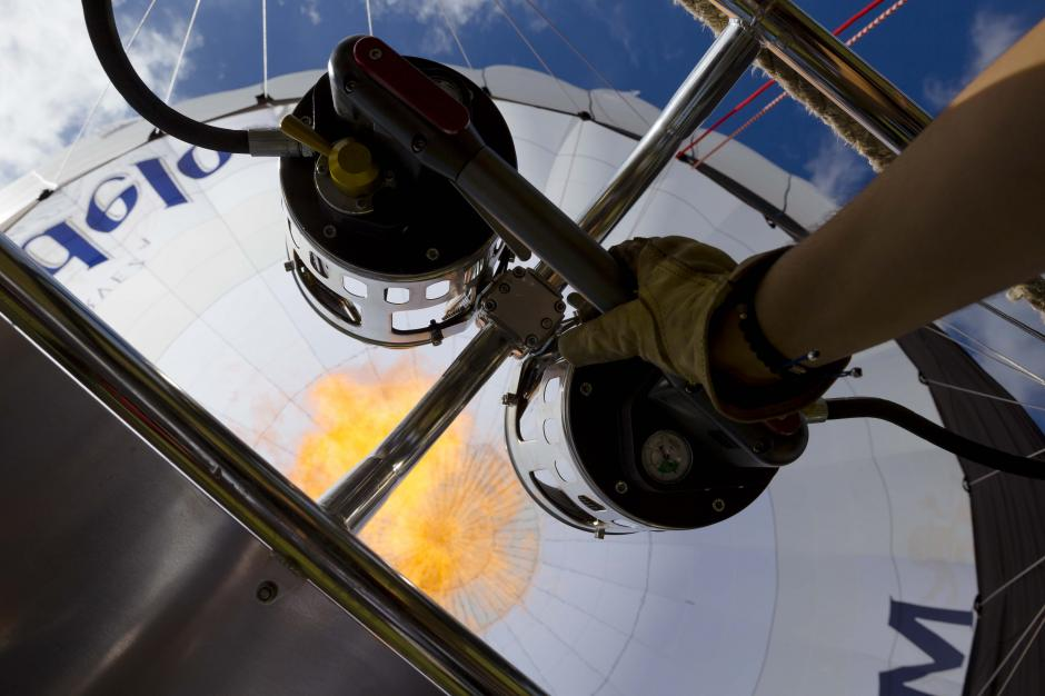 El calor produce una masa de gas más ligera que el aire y así consigue elevarse. (Foto: George Rojas/Soy502)