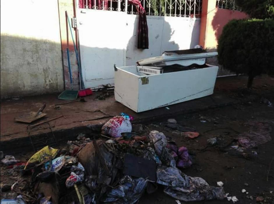 Las pertenencias de las familias están en la calle. (Foto: captura/Facebook)
