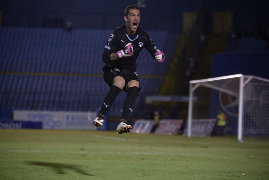 El portero crema celebra el gol del empate. (Foto: Wilder López/Soy502)