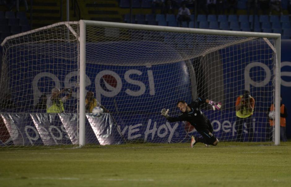 Así intentó el portero Crema evitar el gol Rojo. (Foto: Wilder López/Soy502)