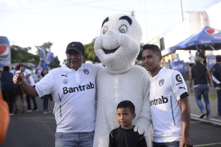 Así disfrutan los aficionados la previa del juego. (Foto: Wilder López/Soy502)