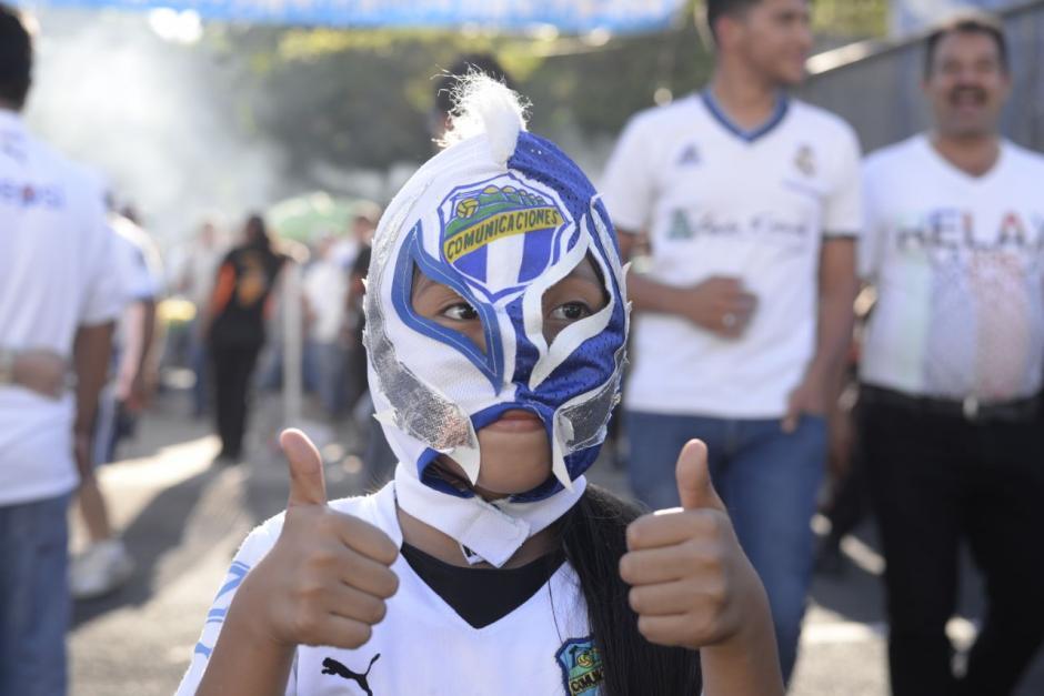 Varias familias se observan en el estadio. (Foto: Wilder López/Soy502)