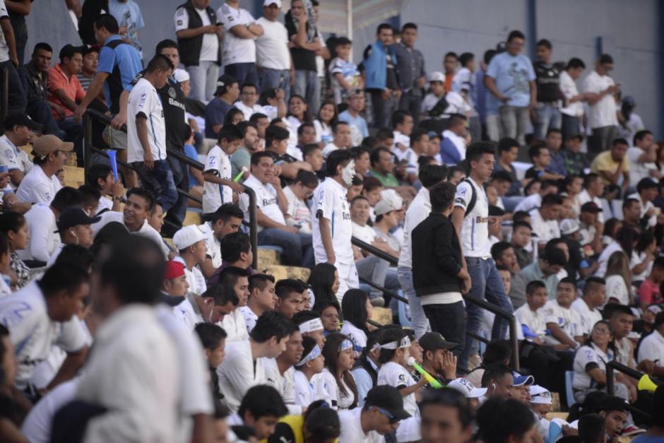 Se estima que casi cinco mil aficionados están en el estadio. (Foto: Wilder López/Soy502)