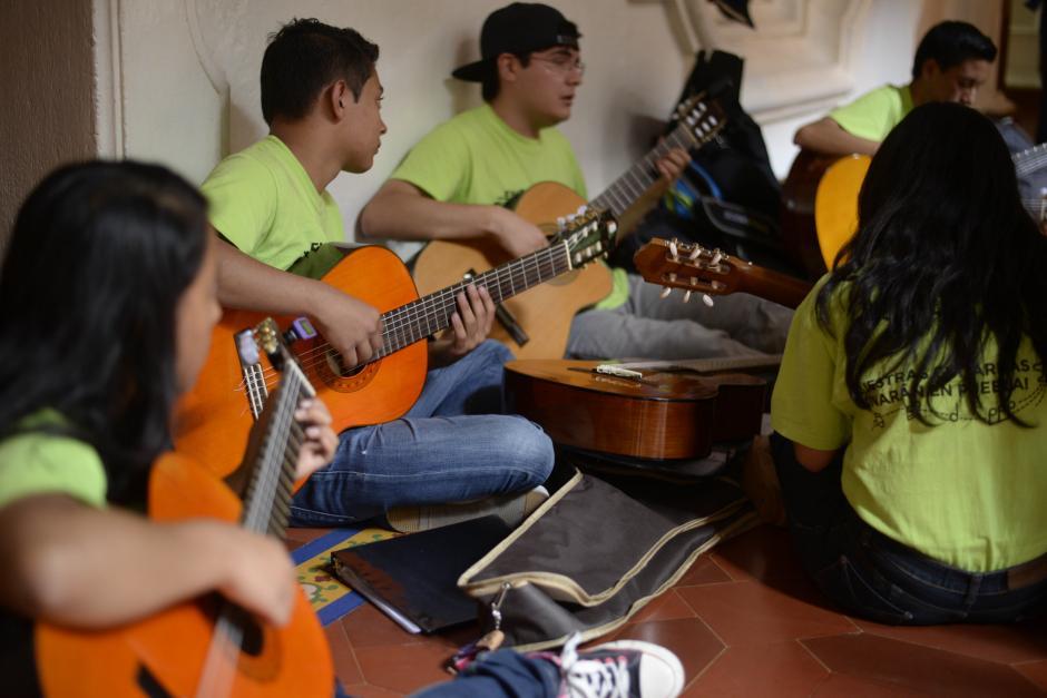 Los estudiantes se preparan con intensidad para cada presentación. (Foto: Wilder López/Soy502)