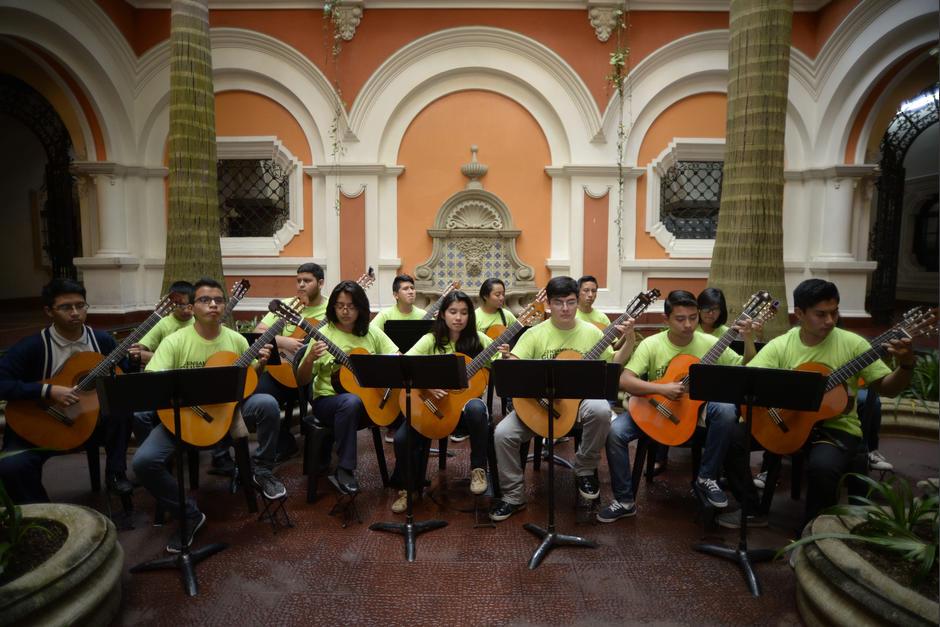 Los guitarristas son jóvenes que buscan destacar en la música. (Foto: Wilder López/Soy502)